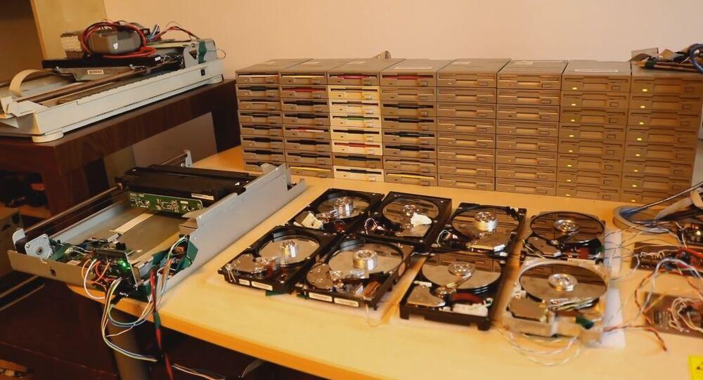 Des disquettes et des disques durs interprètent Smells Like Teen Spirit