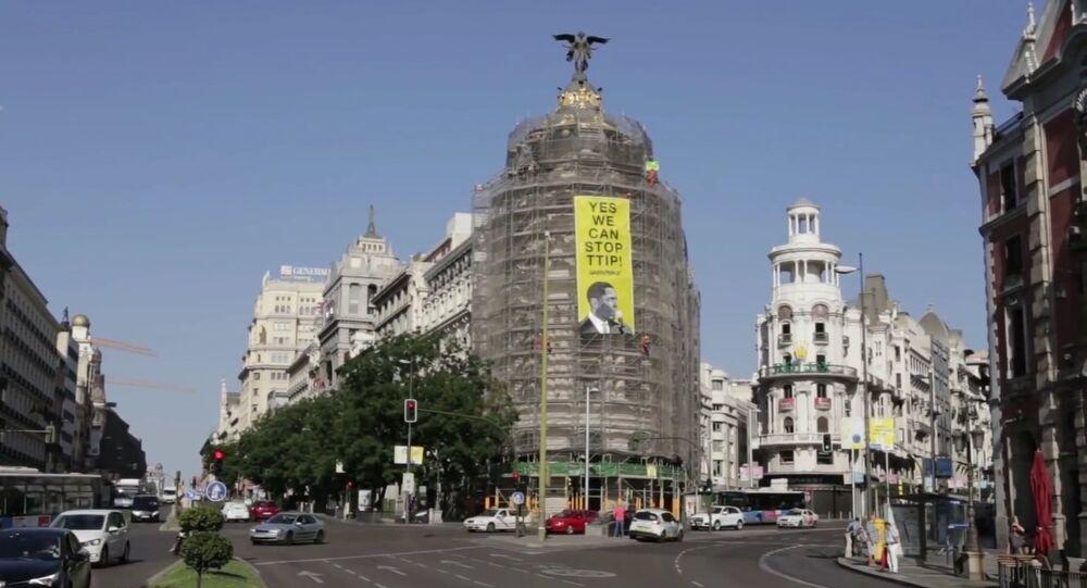 Greenpeace placarde une affiche contre le TTIP dans le centre de Madrid