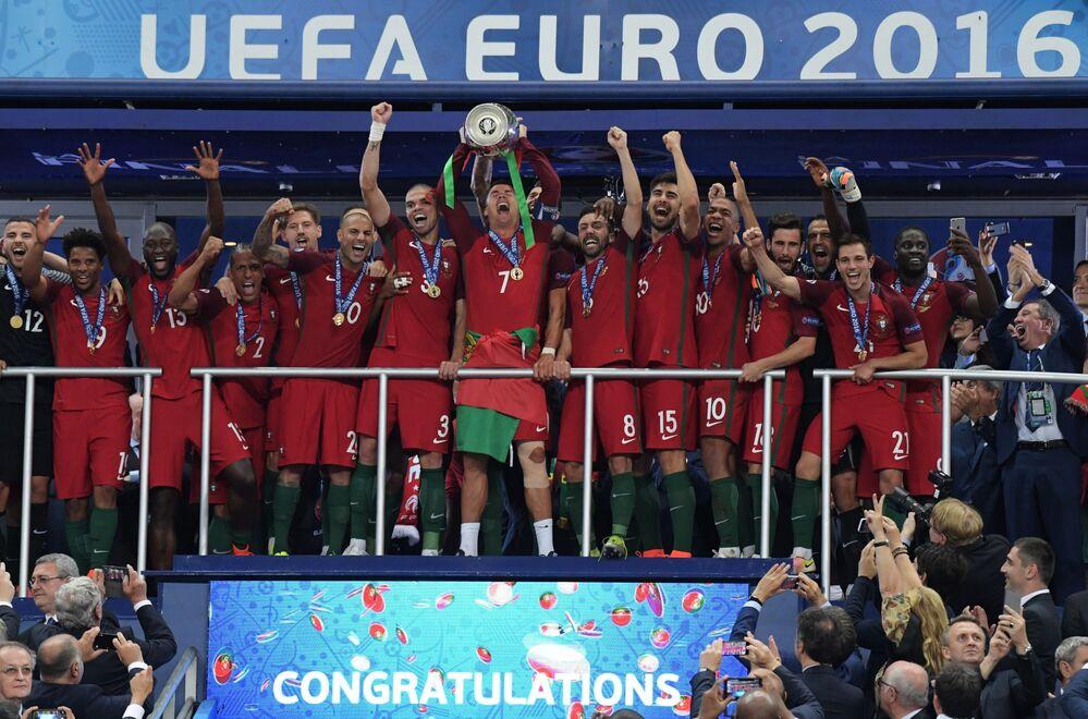 Les joueurs de l'équipe du Portugal lors de la cérémonie de remise des récompenses après le match France-Portugal.