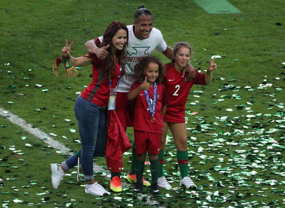 Le joueur de l'équipe de Portugal Bruno Alves lors de la cérémonie de remise des récompenses après le match France-Portugal.