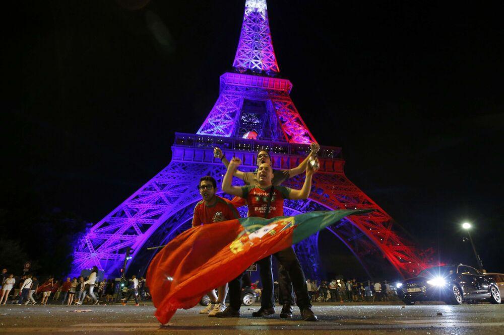 Les supporters de l'équipe du Portugal après le match final France-Portugal à Paris.