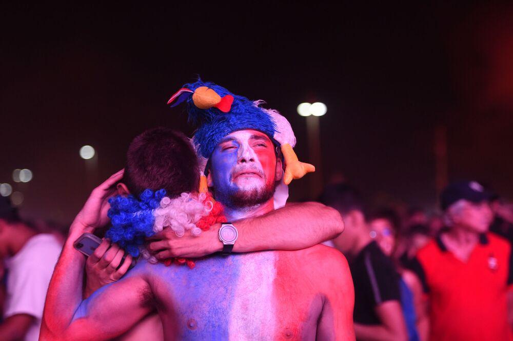 Les supporters de l'équipe de France après le match final entre les équipes du Portugal et de France.