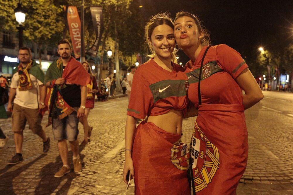 Les supporters de l'équipe du Portugal après le match final France-Portugal.