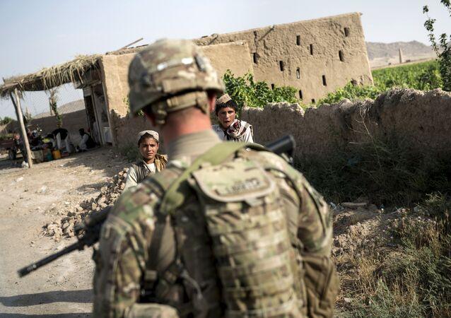 Un soldat américain près de l'aérodrome de Kandahar le 3 juin, 2014