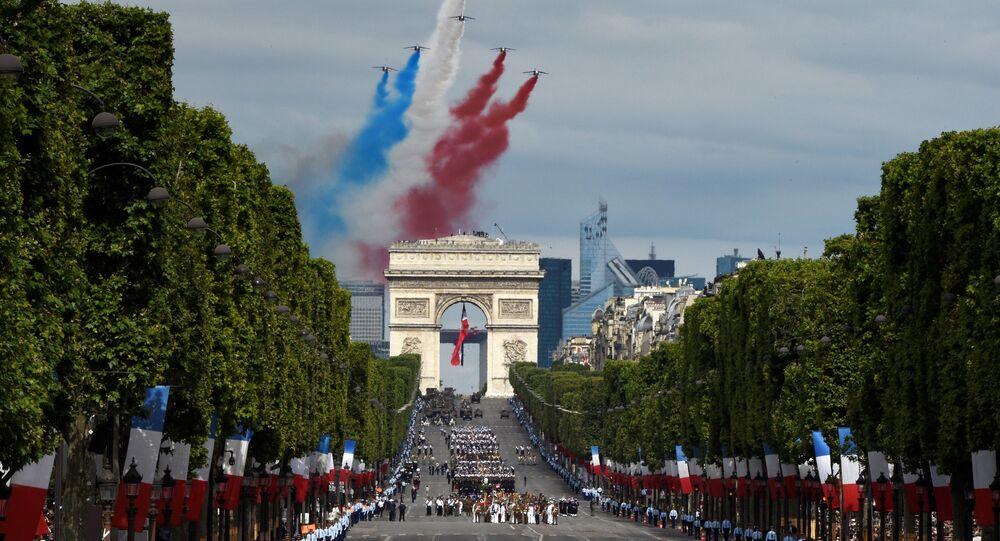 Des avions Alphajet de la Patrouille de France lors du défilé militaire du 14 juillet.