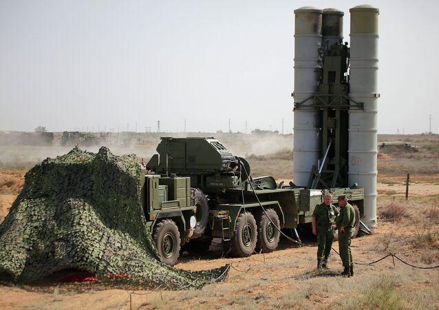 Le système de défense antiaérienne S-400 préparé pour les tirs