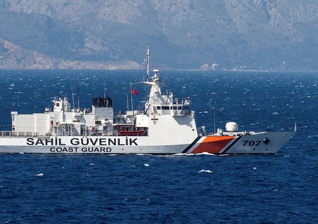 Un navire des gardes-côtes turcs patrouille en mer d'Egée