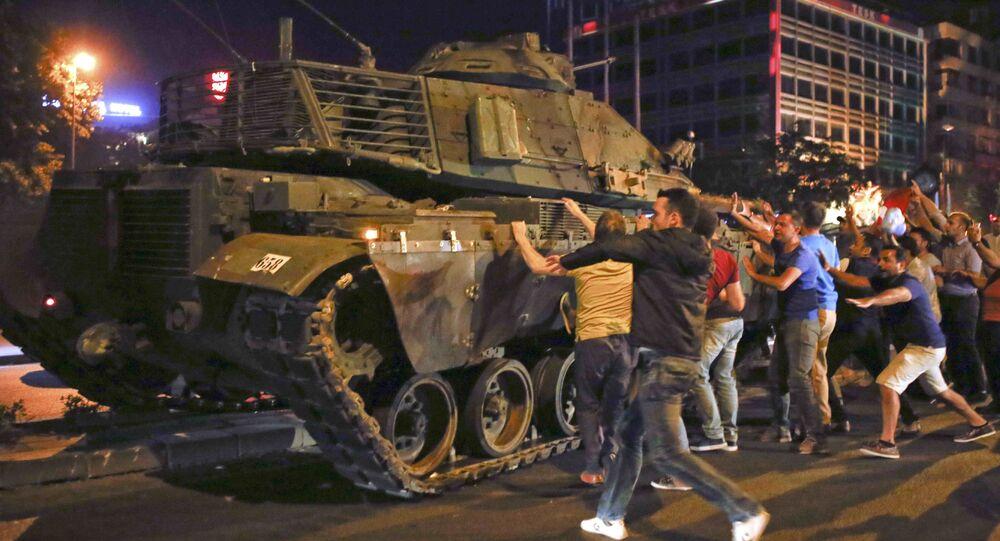 Des gens grimpent sur un véhicule blindé à Ankara lors de la tentative de coup d'Etat