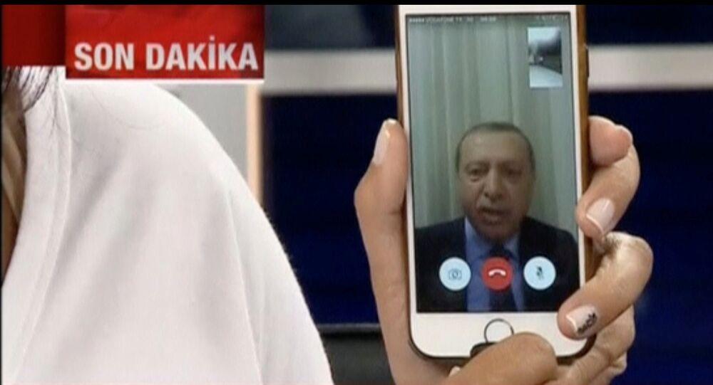 Recep Tayyip Erdogan interrogé par un journaliste de CNN Turk via un téléphone portable