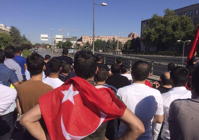 Des gens avec des drapeaux turcs se rassemblent à Ankara le 16 juillet 2016