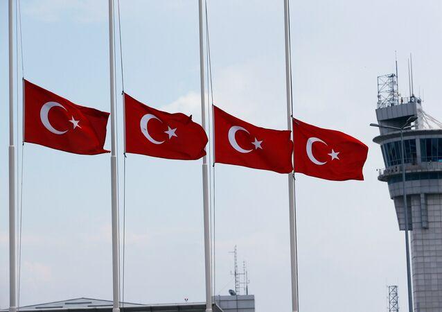 Las banderas de Turquía en el aeropuerto Ataturk