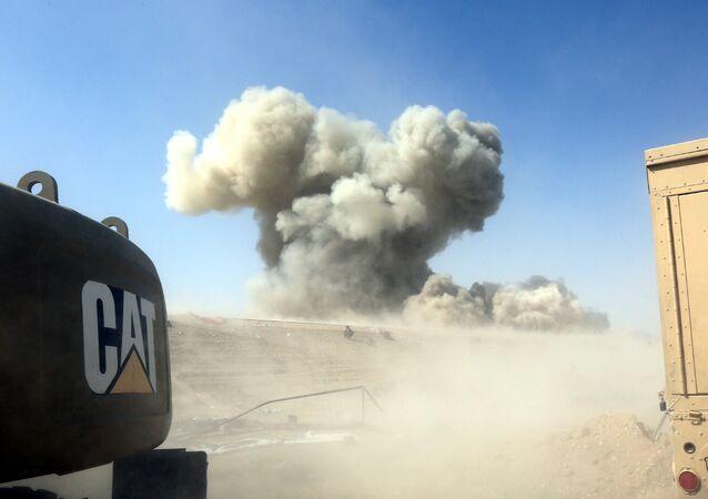 La fumée s'élève au-dessus de la champ de combat des terroriste de l'Etat islamique dans le quartier nord-ouest Golan de Fallujah