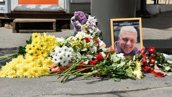 Цветы и свечи на месте гибели журналиста Павла Шеремета в Киеве - Sputnik France
