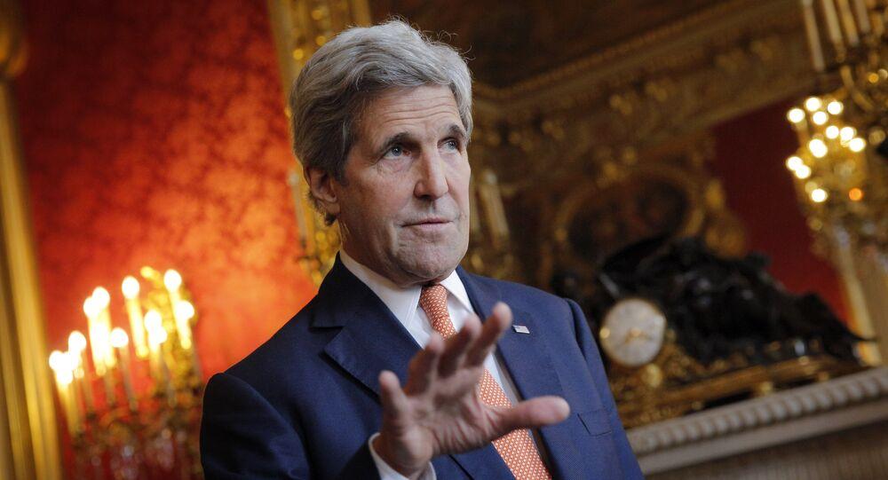 Le secrétaire d'Etat américain John Kerry parle aux journalistes avant la réunion avec le ministre français des Affaires étrangères Jean-Marc Ayrault, Paris le 9 mai 2016