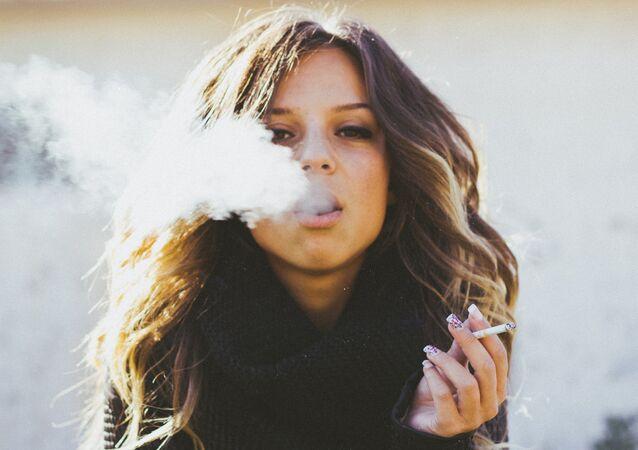Une femme fumant