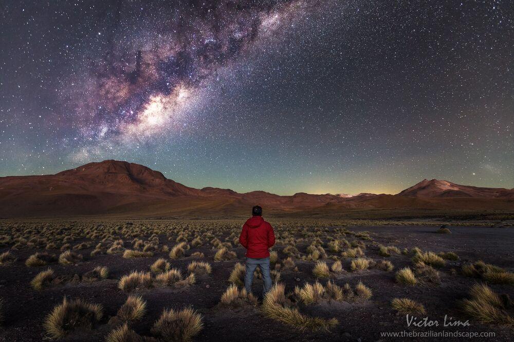 Une photo de nuit dans le désert d'Atacama.