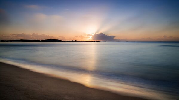 Un lever de Soleil à Praia de Costa beach. - Sputnik France