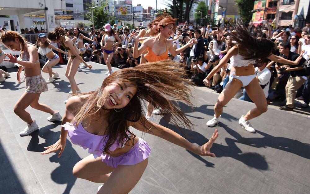 Des danseuses en bikini lors d'un flash mob à Tokyo