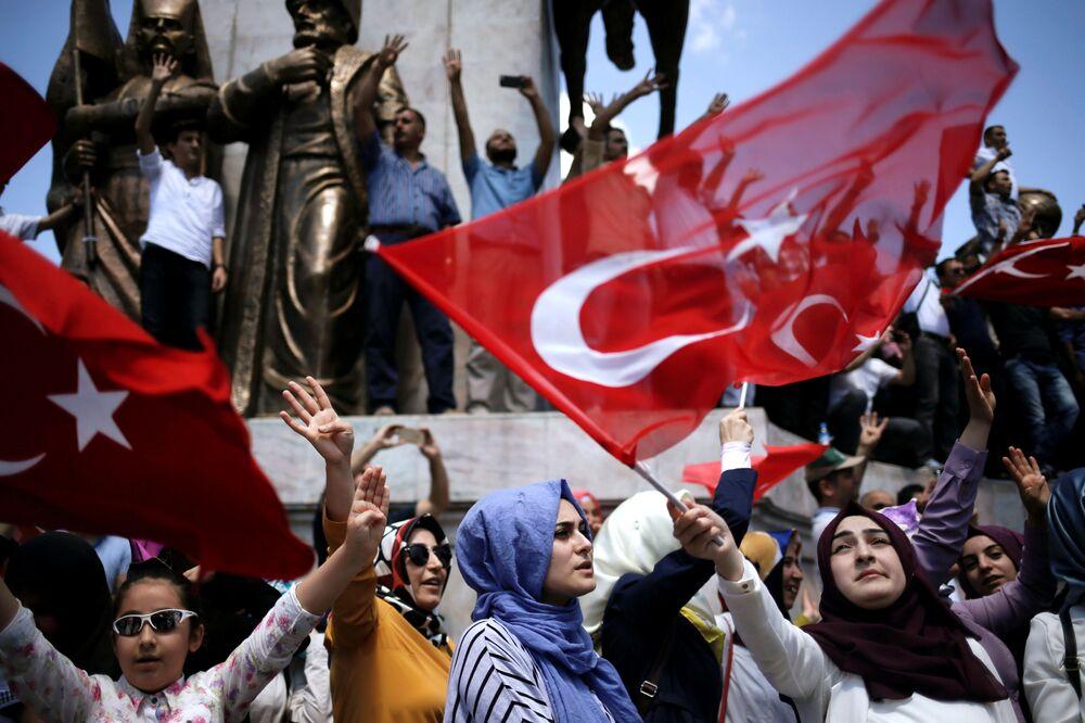 Des partisans du président turc Recep Tayyip Erdogan lors d'une manifestation à Istanbul