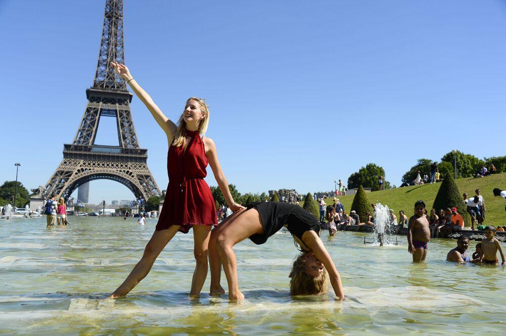 Des jeunes femmes sur la place du Trocadéro à Paris