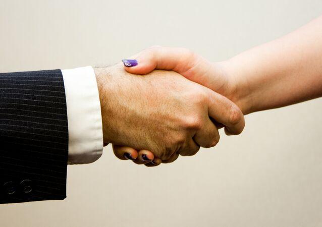Poignée de main entre un homme et une femme