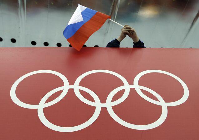 Un supporter tenant le drapeau russe lors des Jeux olympiques