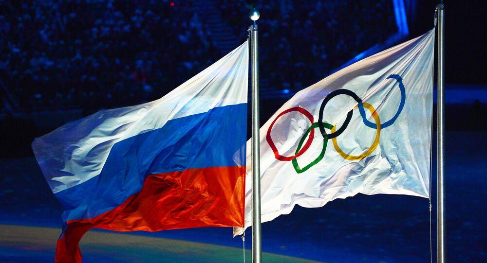 Les drapeaux russe et olympique