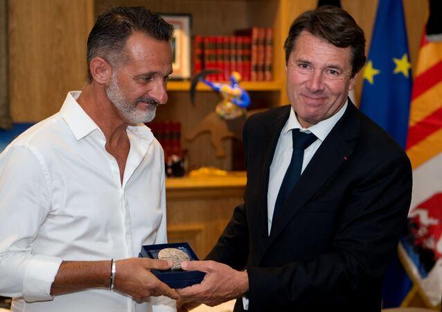 L'ex-maire de Nice et président du Conseil régional de Provence-Alpes-Côte-d'Azur Christian Estrosi remet à Franck la médaille de la Ville de Nice