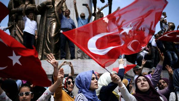 Supporters of Turkish President Tayyip Erdogan shout slogans and wave Turkish national flags during a pro-government demonstration in Sarachane park in Istanbul, Turkey, July 19, 2016. - Sputnik France