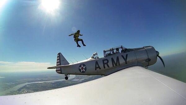 Un parachutiste saute d'un l'avion de la Seconde Guerre mondiale - Sputnik France