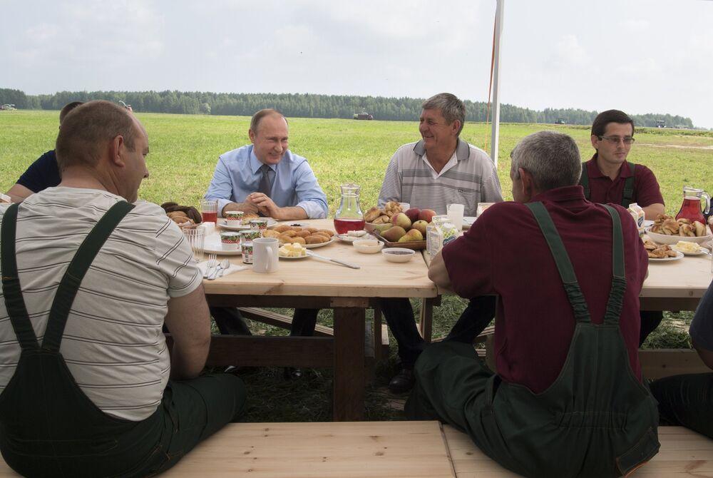 Le 28 juillet, Vladimir Poutine a pris son petit-déjeuner dans les champs en compagnie de fermiers.