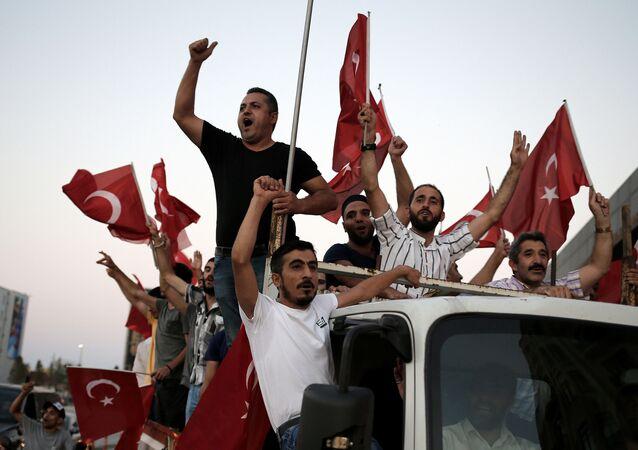 De jeunes Turcs en colère près de la base aérienne d'Incirlik. Image d'illustration