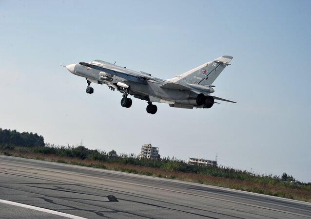 Le bombardier russe Su-24 décolle de la base aérienne d Hmeimim dans la province syrienne de Lattaquié
