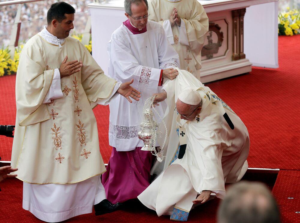 Jeudi, au-début de la messe à Czynstochowy, le pape François a trébuché et est tombé. Les hommes d'église l'ont aidé à se relever.
