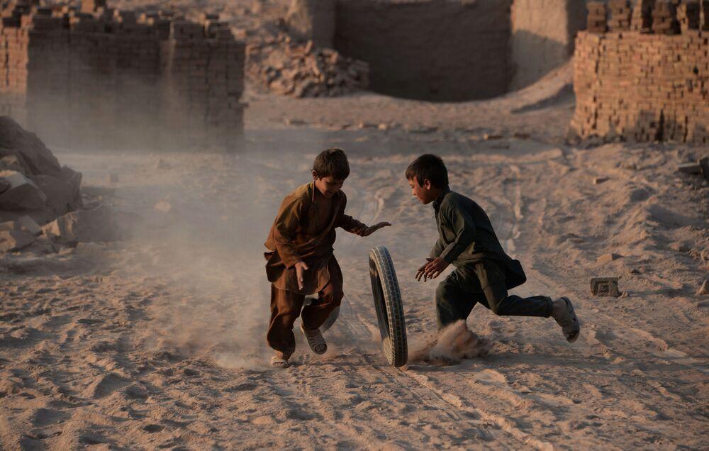 Des enfants aux abords de Jalalabad (Afghanistan).