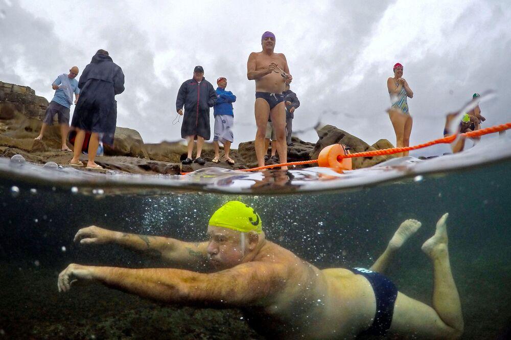 Les membres d'un club d'amateurs de nage d'hiver sur l'une des plages de Sydney (Australie).