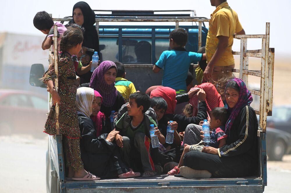 Des femmes et des enfants irakiens fuient les villes d'Al-Shirqat et d'Qayyarah, où se poursuivent les combats entre les forces gouvernementales et les terroristes du groupe extrémiste Etat Islamique.