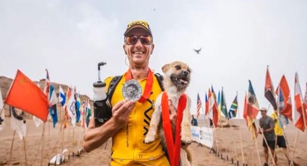 Un chien errant court 100 kilomètres avec un marathonien dans le désert de Gobi
