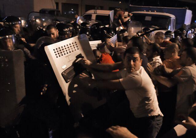 Affrontements entre manifestants et policiers à Erevan