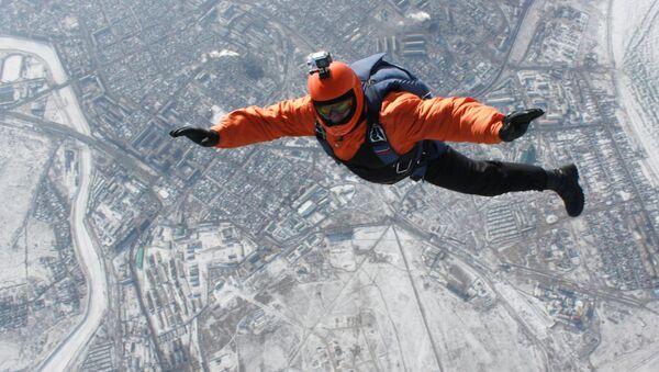 Un parachutiste en chute libre - Sputnik France