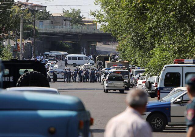 La police arméniene bloque une rue devant un commissariat de police d'Erevan