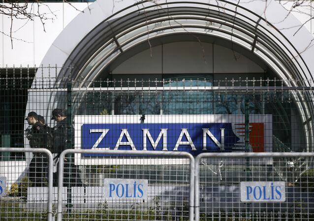 La police anti-émeutes turque devant la rédaction du journal Zaman à Istanbul