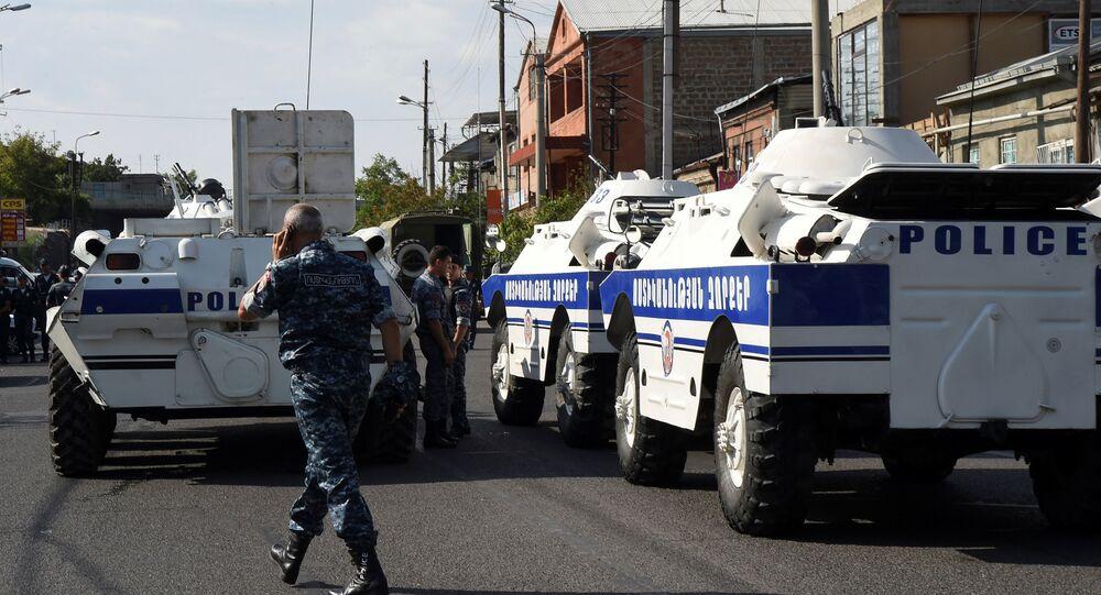 La police bloque une rue devant le commissariat de police contrôlé par un groupe armé à Erevan