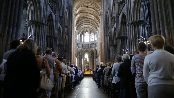 Les Français de toutes confessions rendent hommage au prêtre égorgé - Sputnik France