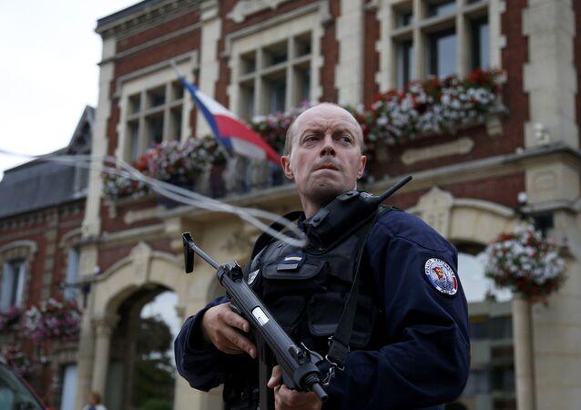 Un policier français devant l'Hôtel de ville de Saint-Etienne-du-Rouvray