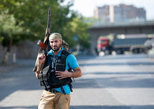 Un membre du groupe Sasna Tsrer sur le territoire du commissariat de police d'Erebuni, à Erevan