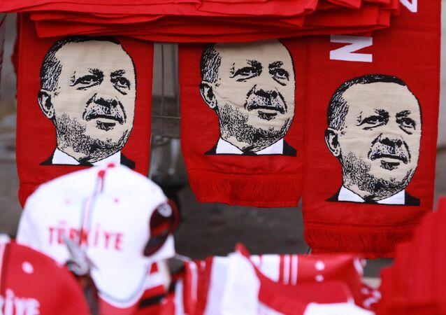 Cette image prise le 25 juillet, 2016, montre des écharpes à l'effigie du président turc Recep Tayyip Erdogan