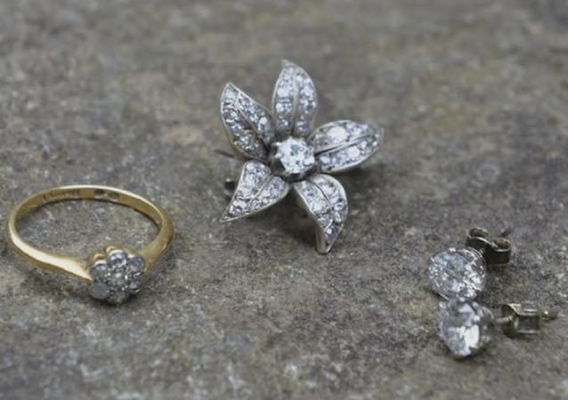 Des diamants valant 6.000 EUR dans une vieille chaise poussiéreuse à 6 EUR