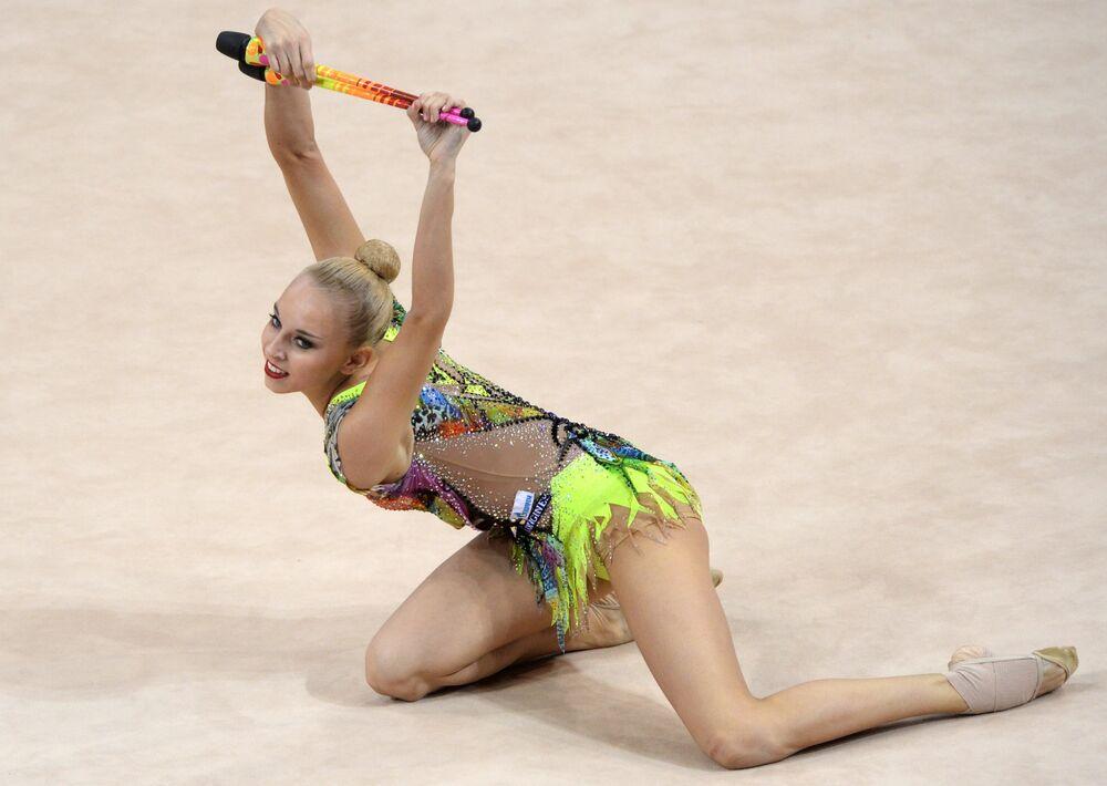Yana Kudryavtseva  accomplit un exercice aux massues lors des championnats du monde de gymnastique rythmique à Stuttgart (Allemagne), le 10 septembre 2015