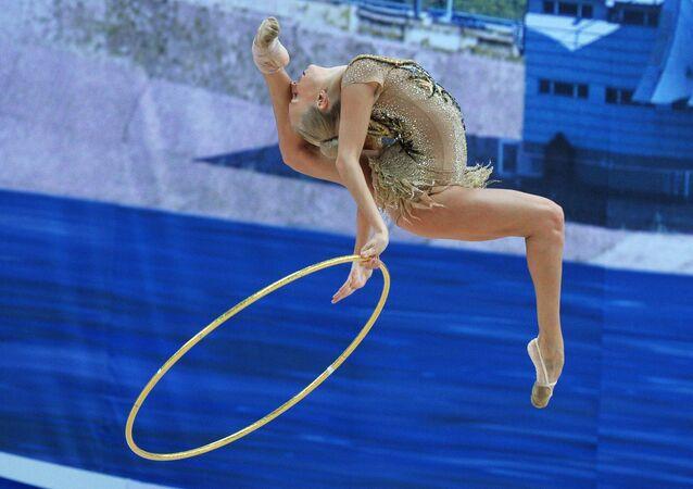 Yana  Kudryavtseva fait un exercice au cerceau lors de l'épreuve combinée de la Coupe du monde de gymnastique rythmique à Kazan (Tatarstan), le 8 juillet 2016